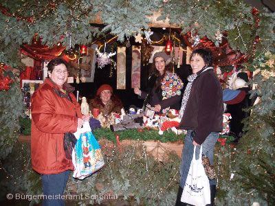 Sch�ntaler Glitzerstand auf dem Weihnachtsmarkt.