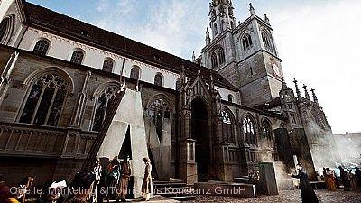 """Freilichtspiele auf dem Münsterplatz: """"Hermann der Krumme oder die Erde ist rund"""" (UA) Konstanz"""