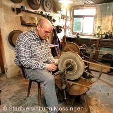Vorführung in der Historischen Messerschmiede Mössingen
