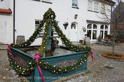 Saisoneröffnung und Singen am Osterbrunnen im Glasmacherdorf Schmidsfelden Leutkirch im Allgäu